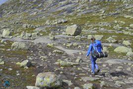 Caminhando em uma laje de pedra.