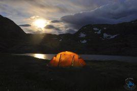 Lua surgindo na área de camping.