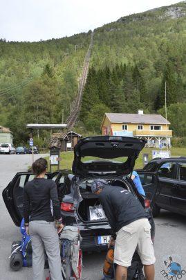 No estacionamento preparando o material para a aventura.