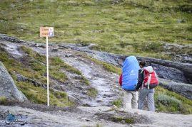 Placa indicando a distância do Trolltunga e do estacionamento.