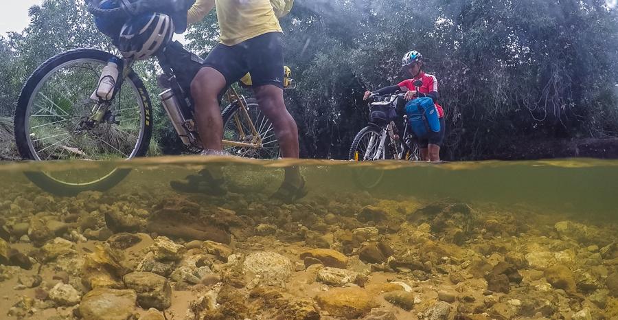 Jalapão Bikepacking - Cruzando rio para Comunidade Mumbuca